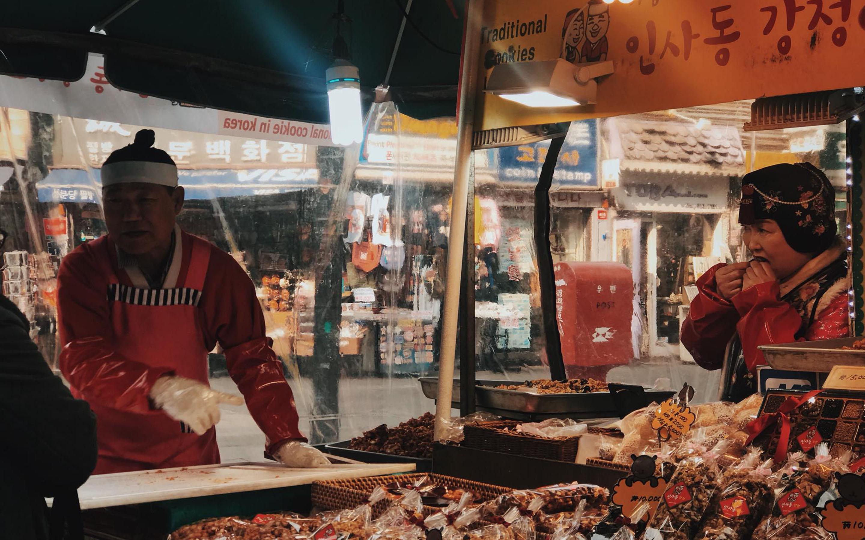 Sạp bánh kẹo truyền thống mùa đông