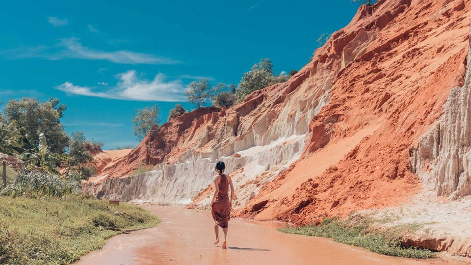 Jeep Tour Mũi Né Nửa Ngày: Bãi đá Ông Địa, Bàu Trắng, Suối Tiên