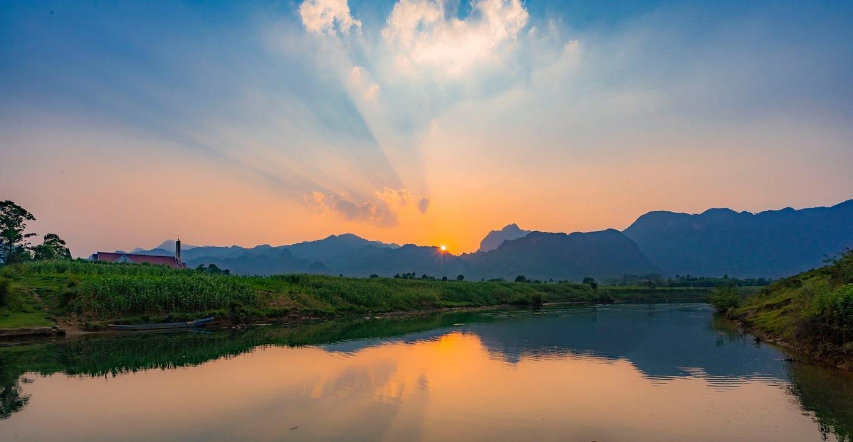 Ngồi du thuyền ngắm hoàng hôn ở Phong Nha, Quảng Bình