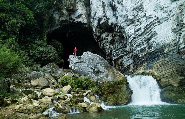 Tour 1 ngày - Trekking qua những hang động ở Tú Làn