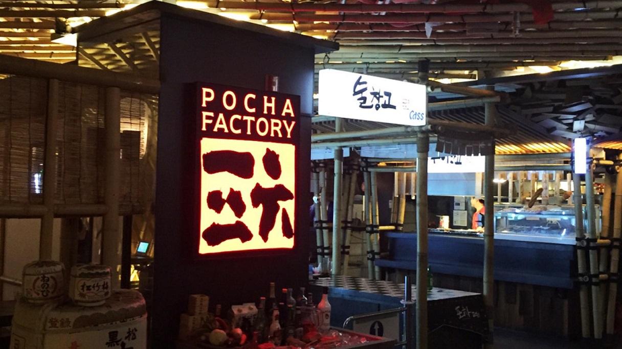 Thưởng thức gà cay tại nhà hàng Pocha Factory ở Seoul